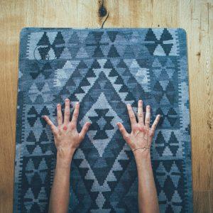 Grå kelim mönstrad yogamatta.