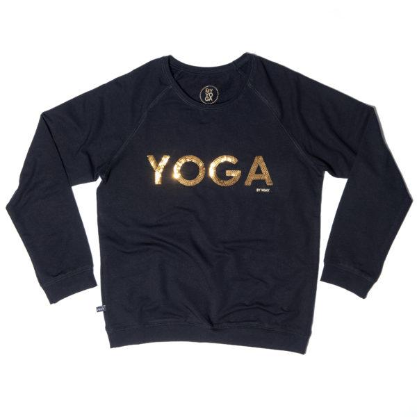 Yogatröja i svart med texten YOGA av paljetter i guld.