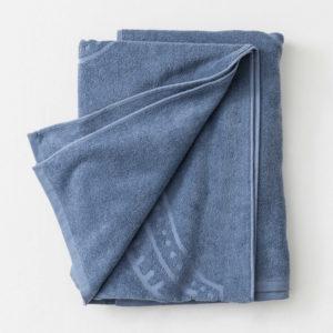 Stor strand-handduk i blått med en hamsahand.