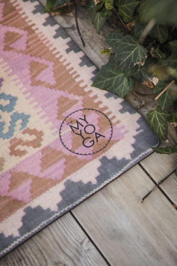 Yoga-matta i rosa som ser ut som en kelim-matta