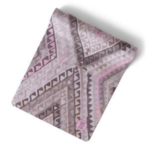 Mönstrad yogamatta i rosa till kaffelatte beige toner.