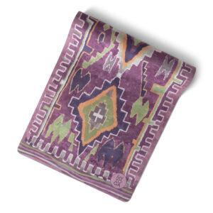 Boho inspirerad mönstrad yogamatta i olika lila toner.