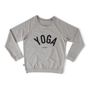 Grå sweatshirt med texten YOGA i svart