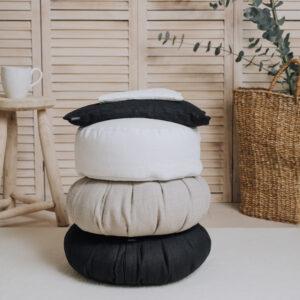 Installation med ögonkudde, kudde och meditationskuddar i linne.