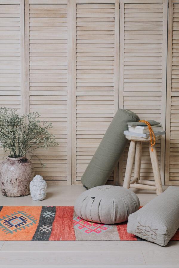 Installation med bolster, meditationskudde i linne och yoga mattan Cabo.
