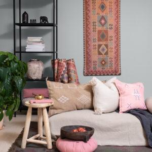 Installation med yoga mattor, Rosa Kelim, och meditationskuddar i linne