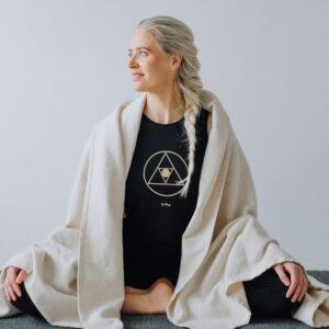Yogi med en yoga filt över axlarna.
