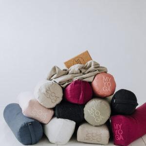 En härlig hög med olika yoga bolster och en filt - allt i 100% tvättat linne.