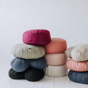 En härlig hög med olika meditationskuddar - allt i 100% tvättat linne.