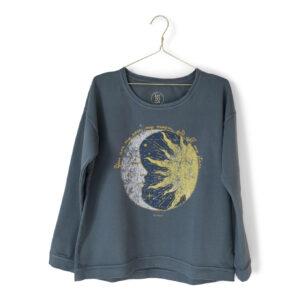 Sweatshirt med sol-och-måne tryck fram.